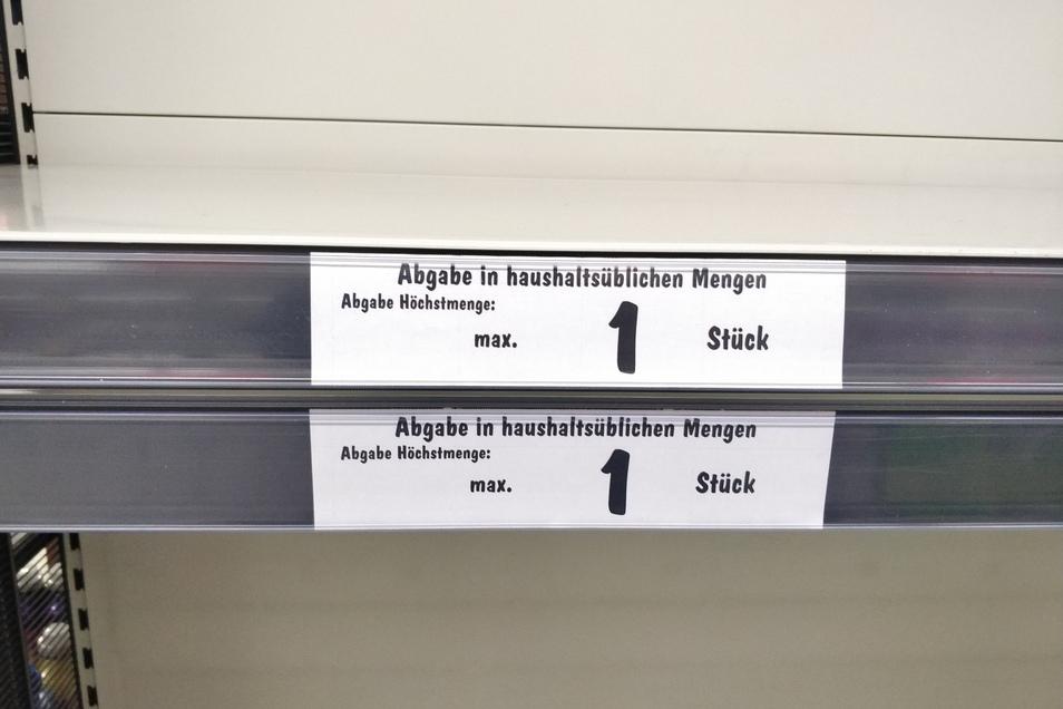 """Bei Kaufland gibt es """"nur"""" eine Packung Toilettenpapier pro Person. Leer sind die Regale trotzdem."""