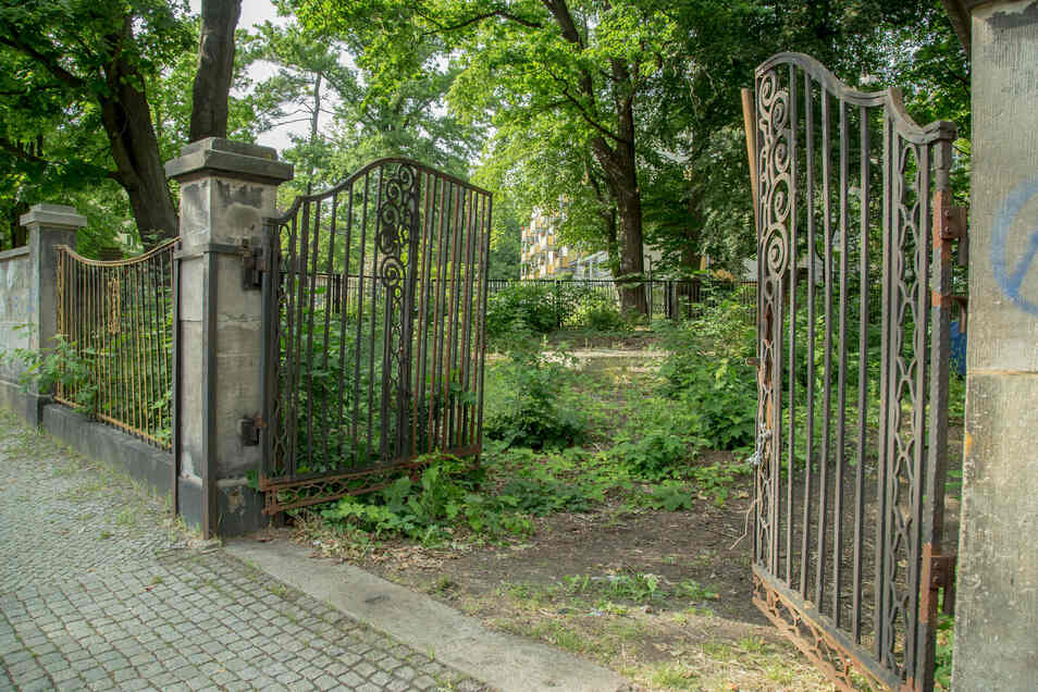 Dieses Tor am Mühlweg ist der Haupteingang zu einem Grundstück, das einst als Sportplatz Katze bekannt war. Künftig könnten hier Neubauten stehen. Der alte Zaun muss erhalten bleiben.