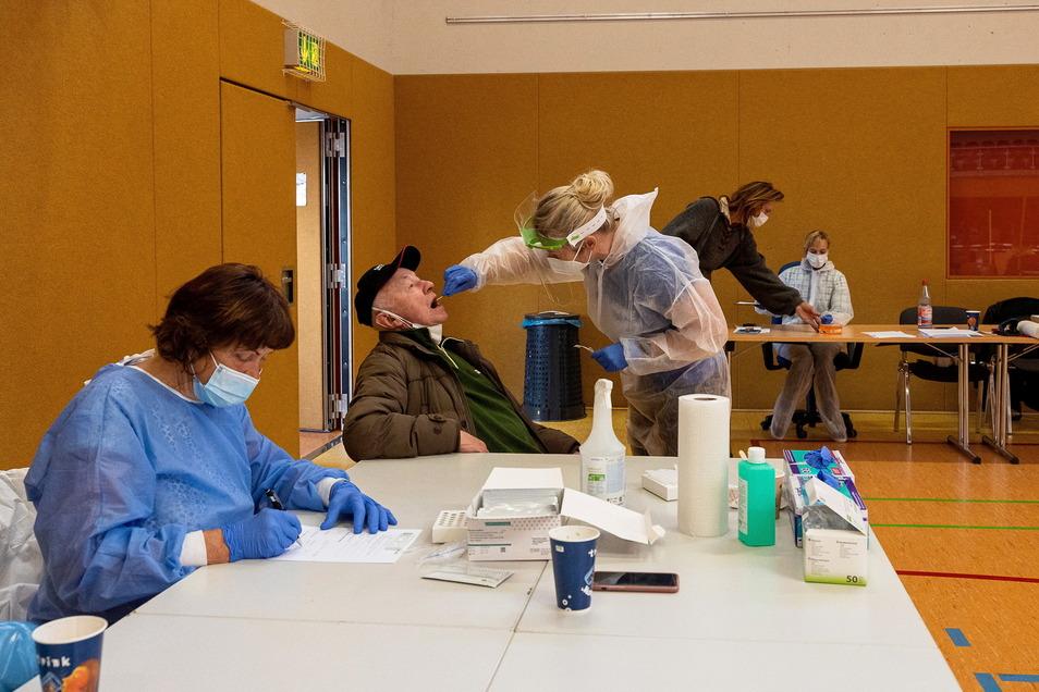 Ab Montag öffnet ein neues Testzentrum, das DDV Sächsische Schweiz-Osterzgebirge, Herausgeber von Sächsische.de, zusammen mit dem Autohaus Siebeneicher anbietet. Es ergänzt die anderen Testzentren, im Foto das im Sportpark.
