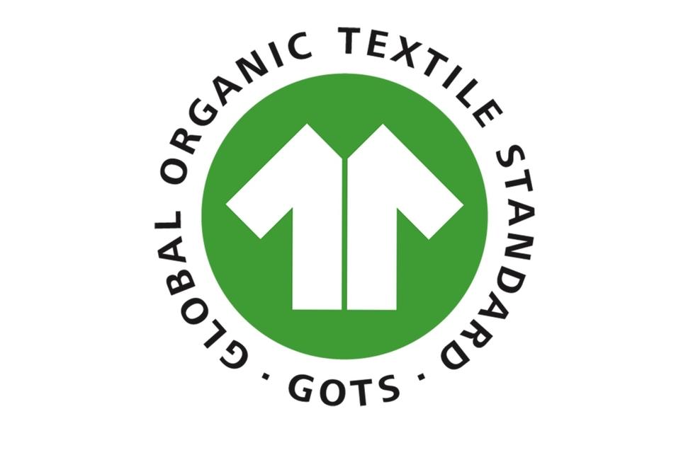 """Global Organic Textile Standard (GOTS): Siegelinhaber eine gemeinnützige GmbH. Dahinter steht ein Zusammenschluss mehrerer Organisationen, die sich für eine ökologische und faire Produktion von Textilien einsetzen. Das GOTS-System basiert auf einer Vor-Ort-Kontrolle und Zertifizierung der gesamten textilen Lieferkette (inklusive Handel). Das Siegel dürfen nur Textilien tragen, die zu mindestens 70 Prozent aus biologisch erzeugten Naturfasern bestehen. Ab 95 Prozent wird der Zusatz """"Organic"""" vergeben."""