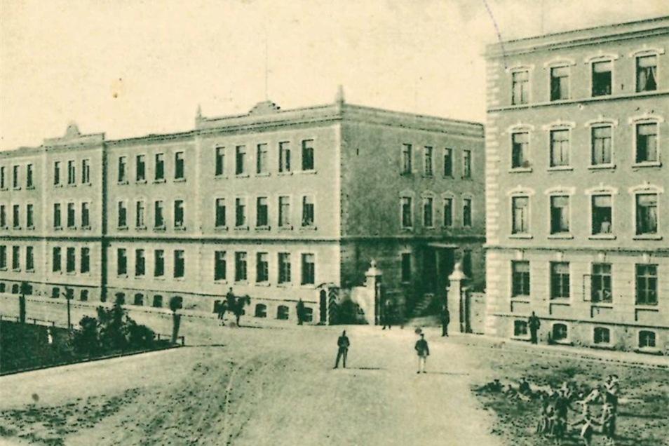 """1892 wurde die Kaserne am Poppitzer Platz gebaut. Bereits Anfang der 20er fing der Verein """"Heimatmuseum Riesa und Umgebung"""" an, Ausstellungsstücke in Räumen der Kaserne zu sammeln."""