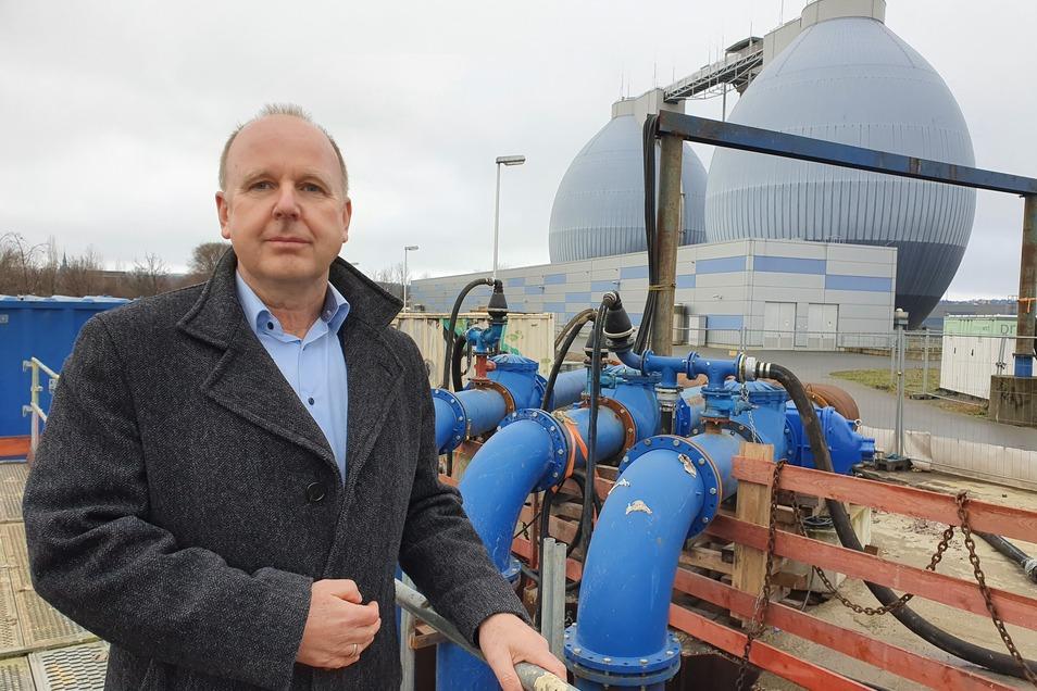 Geschäftsführer Ralf Strothteicher freut sich, dass das Abwasser jetzt über diese Leitungen ins Klärwerk Kaditz gepumpt werden.
