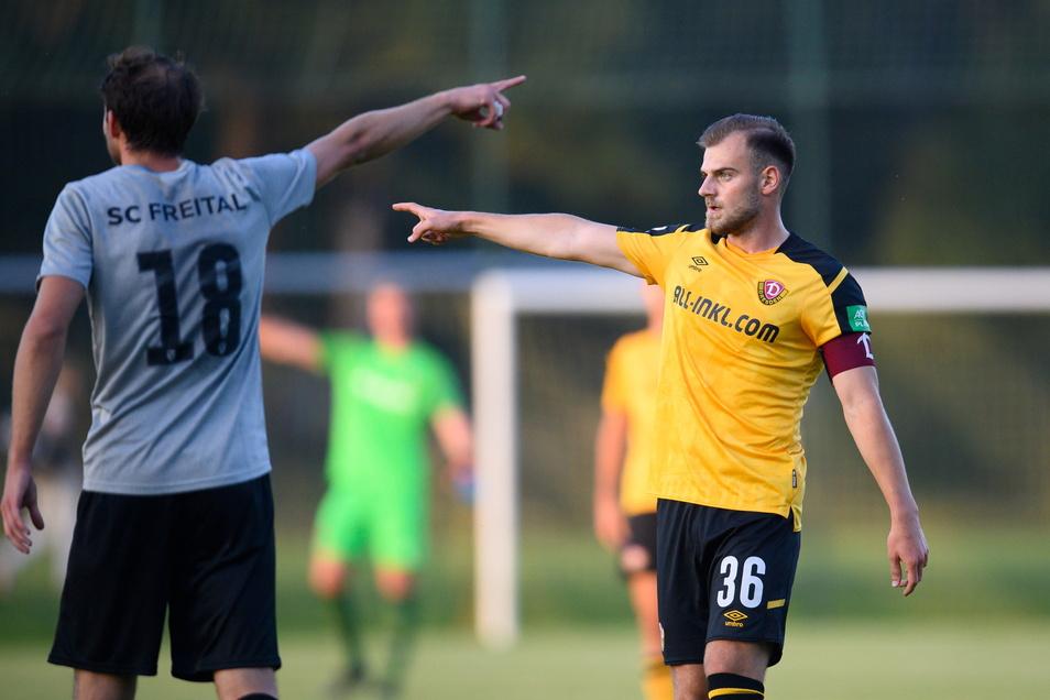 Max Kulke (r.) führte Dynamos Future Team als Kapitän gegen den SC Freital mit Michael Heera. Über die Richtung konnten sich beide offenbar nicht einigen.