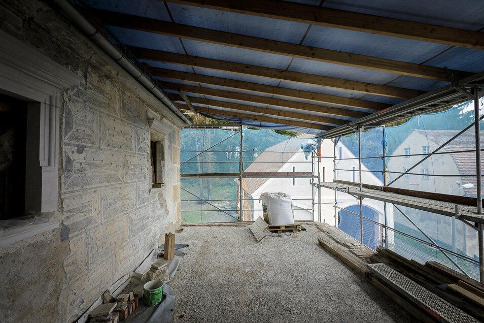 Diese Fassade im zweiten Stock ist so gut erhalten, weil sie immer durch Dächer geschützt war. Sie bleibt jetzt sichtbar, der Raum davor wird aber durch Glaswand und -dach geschützt.
