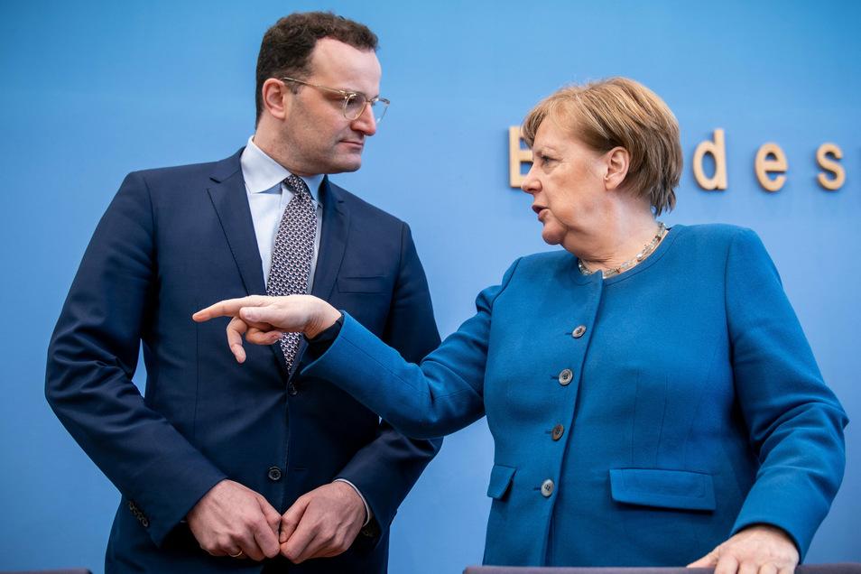 Neue Probleme für Angela Merkel und Jens Spahn - besonders der Gesundheitsminister steht nun in der Kritik. Der Grund: es gibt erhebliche Defizite bei der Genom-Sequenzierung.