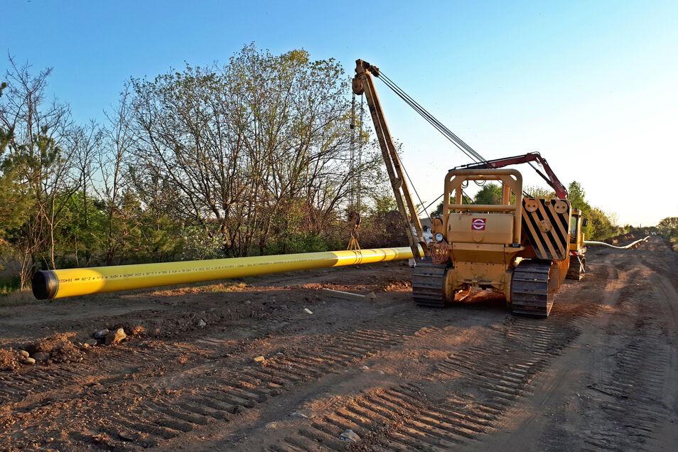 Hier werden gerade an der früheren Kiesgrube bei Bobersen die neuen Leitungen verlegt.