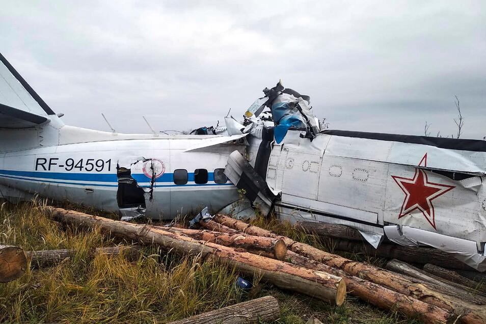 Das vom Pressedienst des russischen Ministeriums für Notfallsituationen zur Verfügung gestellte Foto zeigt das Wrack des Transportflugzeugs vom Typ L-410.