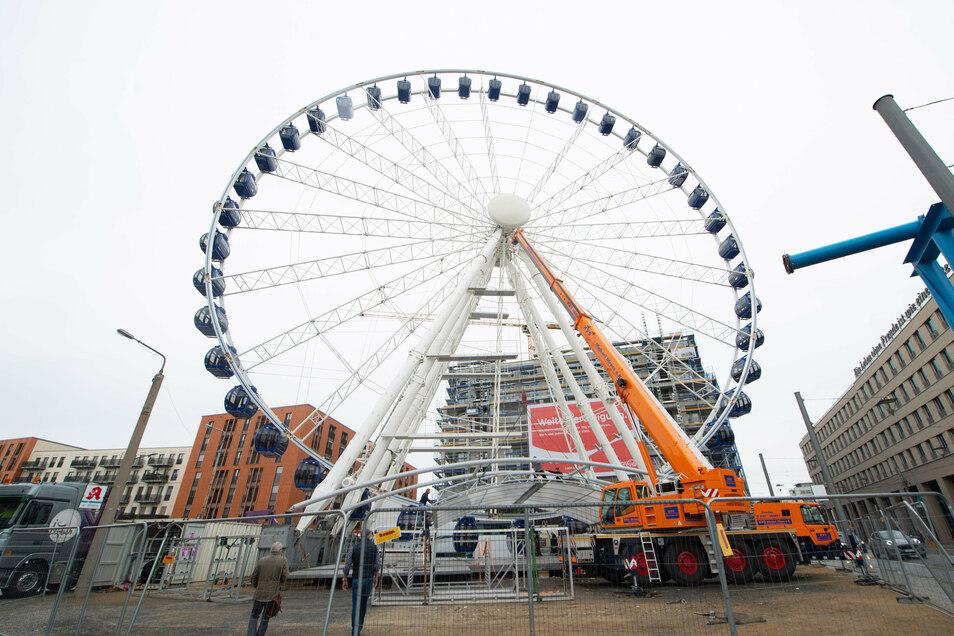55 Meter hoch ist das Riesenrad, das derzeit mithilfe eines Krans abgebaut wird.