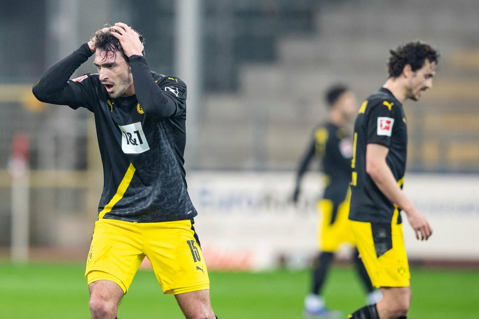 Mimik und Gestik sagen alles: Dortmunds Mats Hummels (links) und Thomas Delaney sind in Freiburg reichlich bedient.