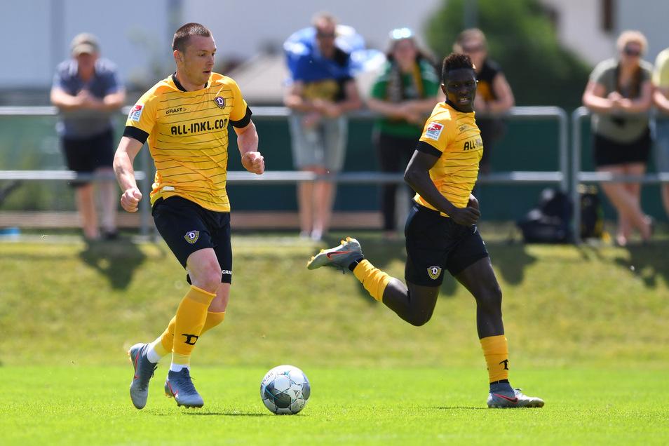 Moussa Koné schaut fordernd auf den Ball, aber Haris Duljevic setzt zum Solo an und vollendet – gegen Unterhaching hat das geklappt. Aber ist Dynamos Stürmer-Problem damit schon geklärt.
