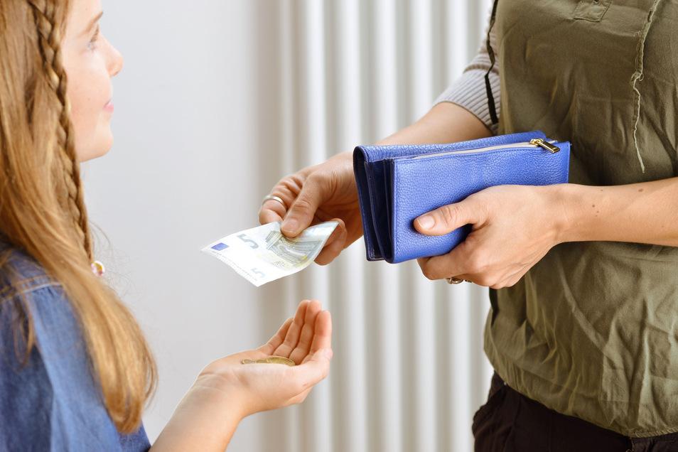 Wichtig ist es, dass das Taschengeld eine regelmäßige Zahlung bleibt - auch wenn es mal knapper ausfallen muss.