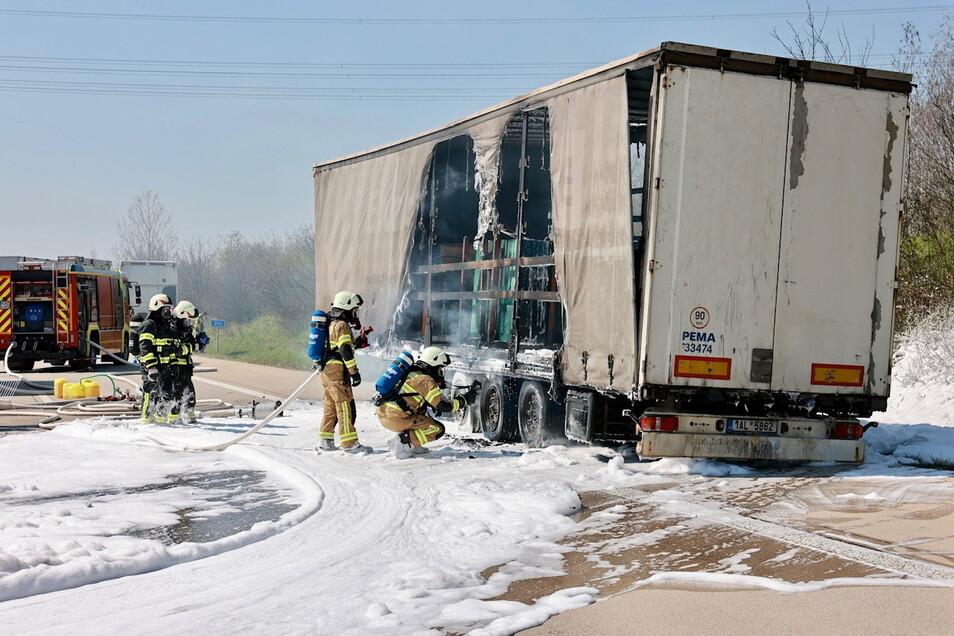 Mit viel Schaum kämpfte die Feuerwehr gegen den Brand an.
