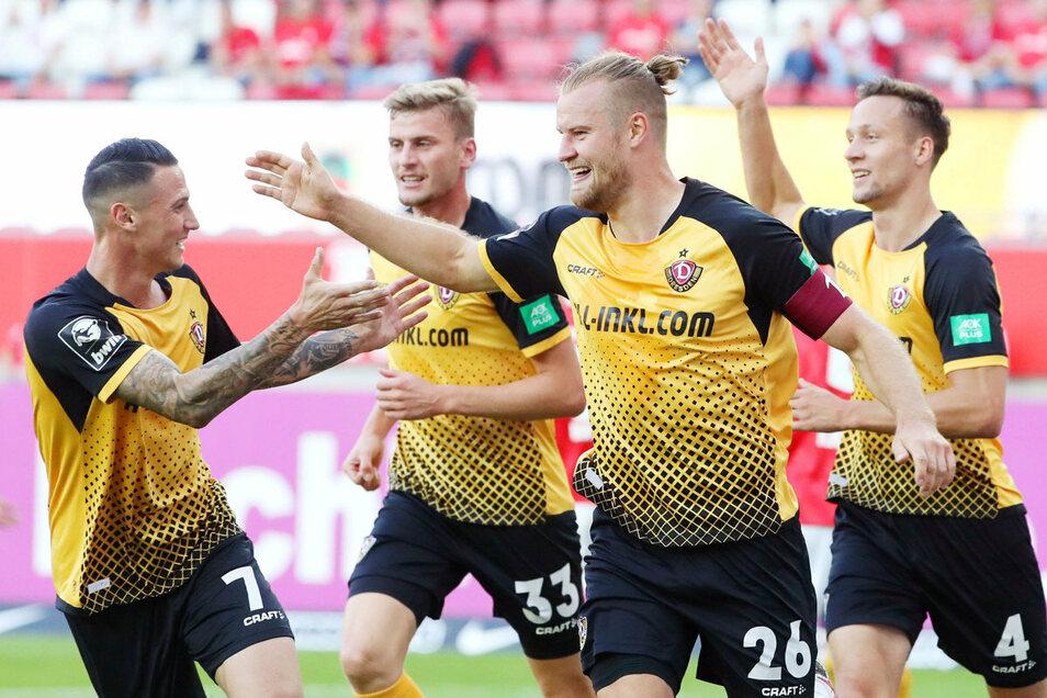 Gemeinsam gekämpft und gejubelt: Dynamos Kapitän Sebastian Mai (2. v. r.) mit Panagiotis Vlachodimos (l.), Christoph Daferner und Tim Knipping (r.).