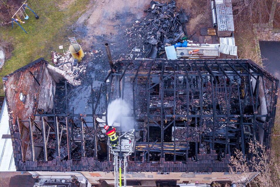 Ein Brand hat in der Nacht zum Freitag ein Haus in Börtewitz bei Leisnig vollständig zerstört. Zahlreiche Feuerwehren waren vor Ort.