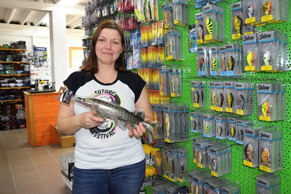 Sylvia Grimm zeigt in ihrem Laden einen Köder für Hechte. Mit der Aktion des Marketingvereins und der Wirtschaftsförderung erhofft sie sich mehr Einheimische als Kunden.