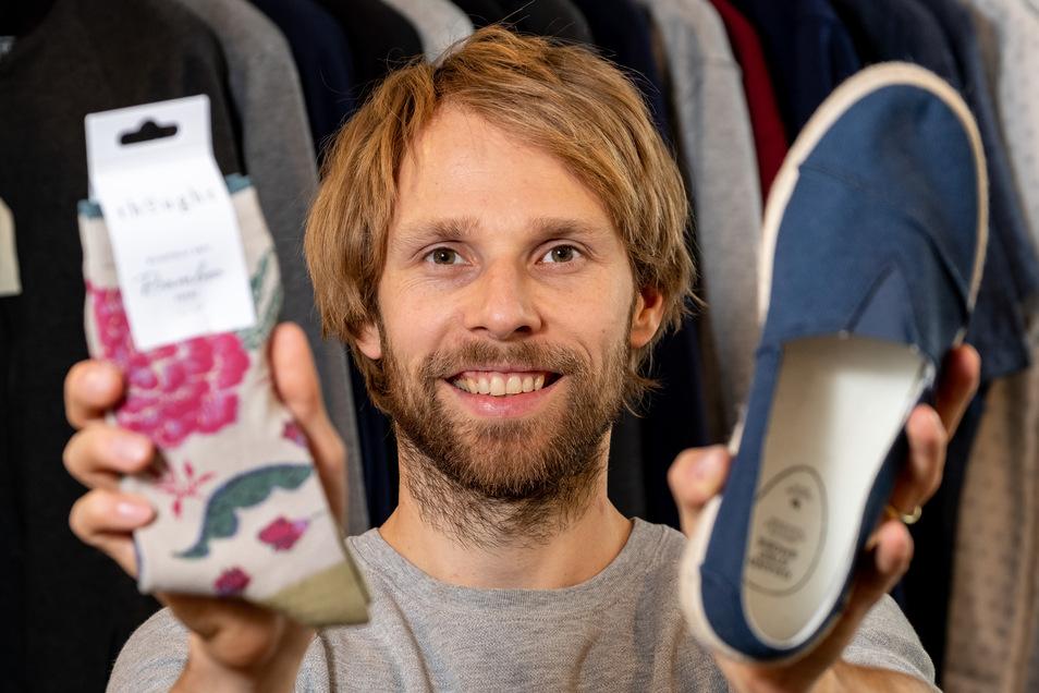 Steve Kupke vom Unipolar-Laden in Dresden mit fairen Socken und Schuhen.  Foto: Arvid Müller