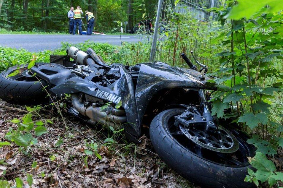 Der Fahrer des Motorrads erlag noch an der Unfallstelle seinen Verletzungen.