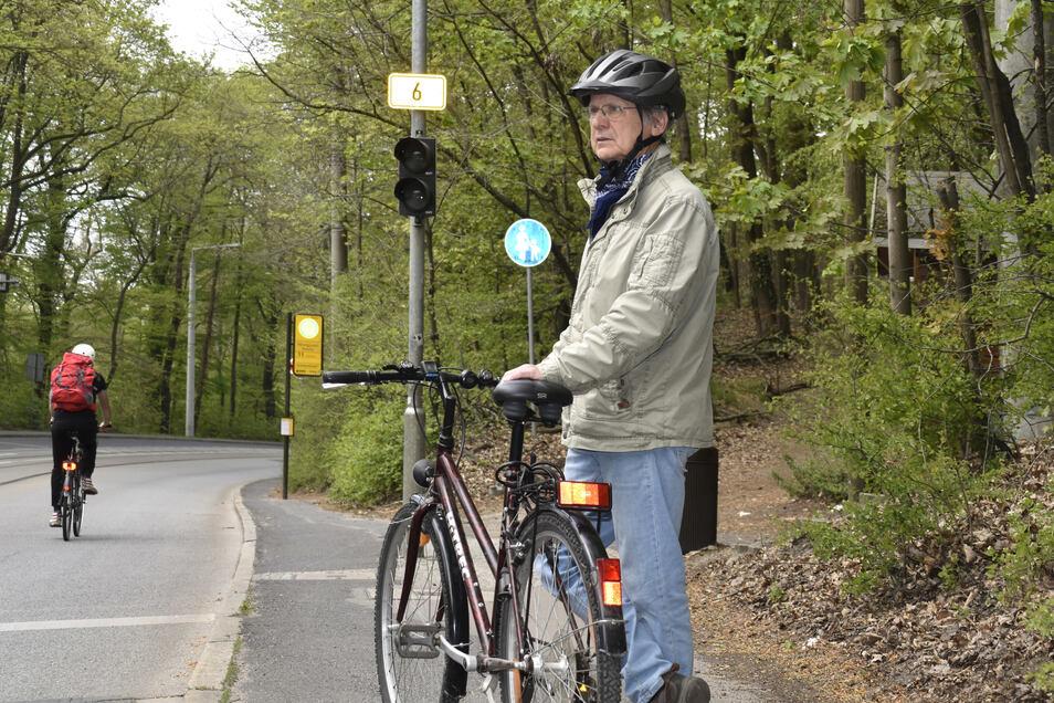 Hier dürfen Radfahrer jetzt nur noch auf der Bautzner Straße fahren. Andreas Reuther ärgert sich, dass das Zusatzschild auf dem Fußweg beseitigt wurde, dass er auch von Radlern genutzt werden kann.