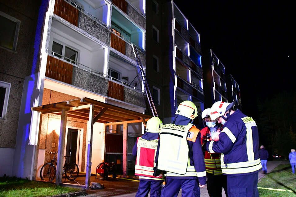 Am frühen Sonntagmorgen wurden die Feuerwehrleute zu einem Brand im großen Plattenbau-Wohnblock in Uhsmannsdorf gerufen.