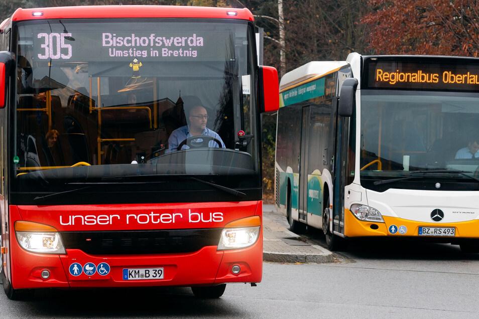 Abfahrt am Bahnhof Radeberg: Etliche Fahrgäste klagen darüber, dass Anschlüsse zwischen Bussen und zwischen Bus und Bahn nicht mehr funktionieren. Oft sind lange Wartezeiten die Folge.