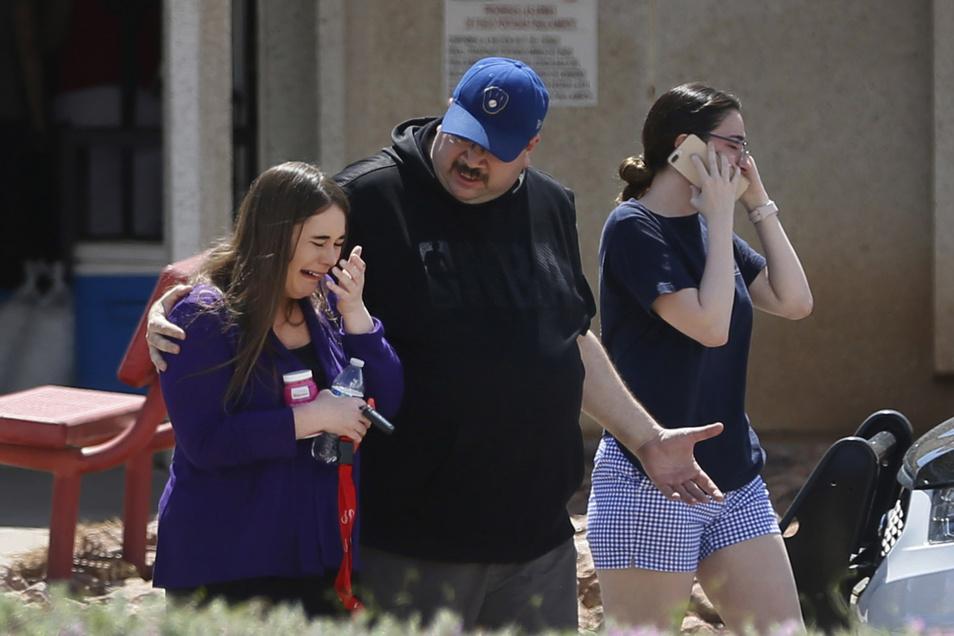 Schockierte Menschen kommen zur MacArthur-Grundschule, um dort ihre Angehörigen und Freunde zu treffen, die sich zum Zeitpunkt der Schießerei im benachbarten Walmart-Supermarkt aufgehalten hatten.