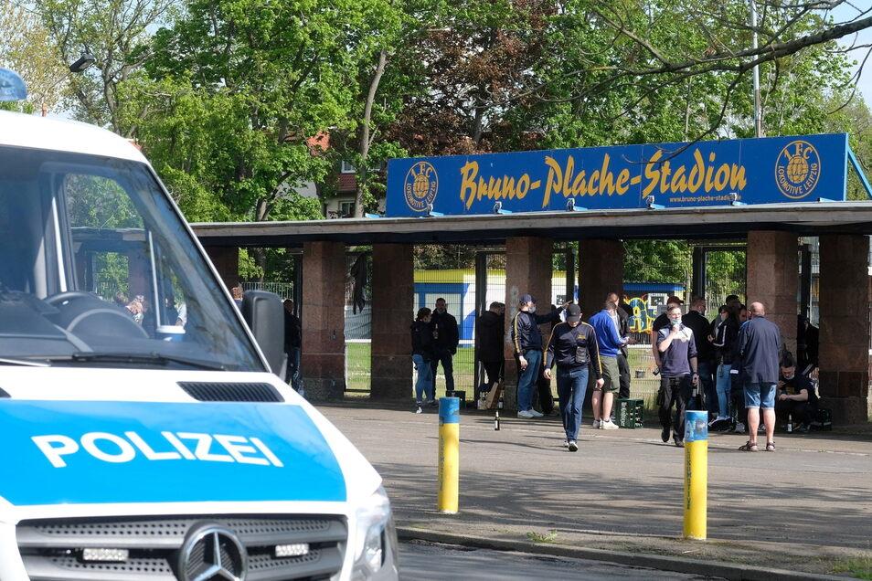 Sachsen, Leipzig: Fußballfans stehen vor dem Bruno-Plache-Stadion.