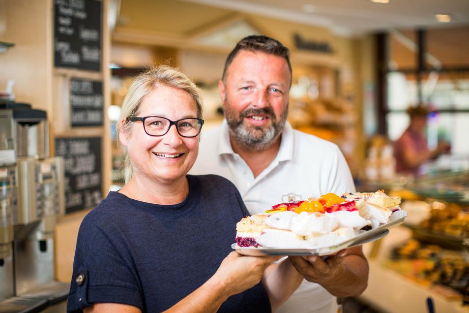 """Geschäftsführerin Cornelia Mütze und Matthias Müller, Inhaber des Familienunternehmens """"Konditorei und Cafe Müller"""" mit einigen süßen Köstlichkeiten."""