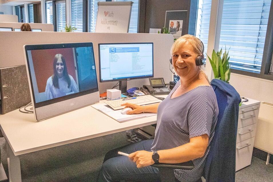 """Bankmitarbeiterin Cornelia Mai sitzt ein paar Stockwerke weiter oben. Auf dem Bildschirm links laufen die """"Anrufe"""" aus der Videokabine ein."""