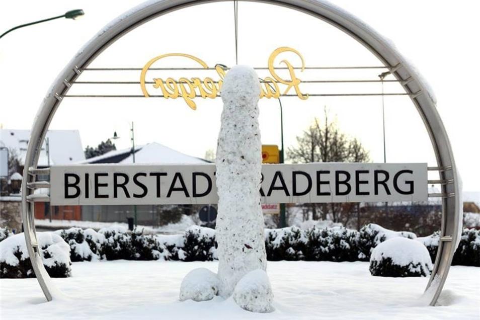 Dezember 2014: Am Kreisverkehr im Radeberger Süden ist dieser Schnee-Phallus gewachsen. Er gilt als das erste Werk der unbekannten Künstler.