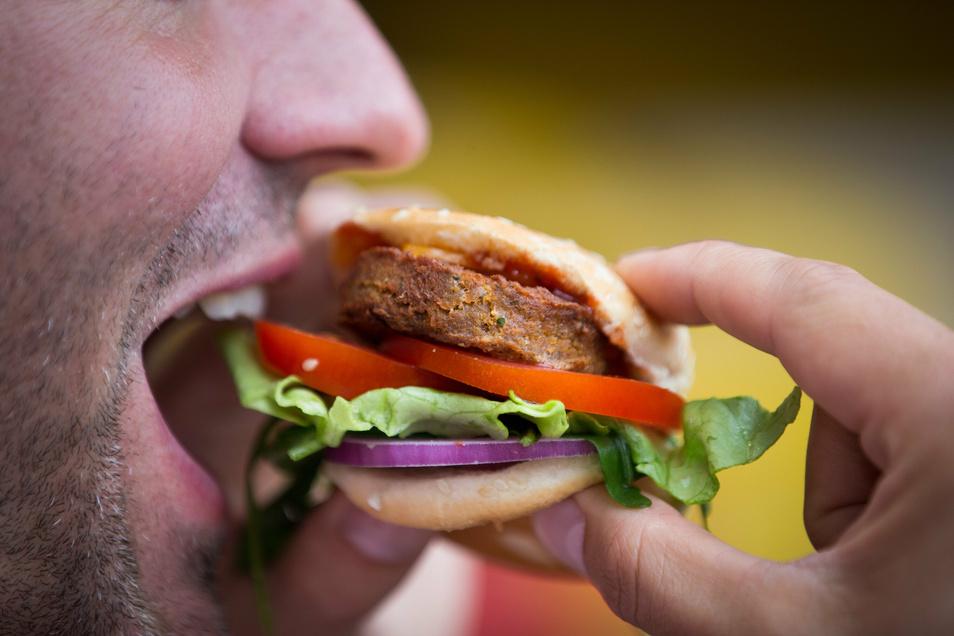 Das Burgerfleisch von diesem Insekten-Burger besteht zu rund fünfzig Prozent aus Buffalo-Würmern (Getreideschimmelkäferlarven).