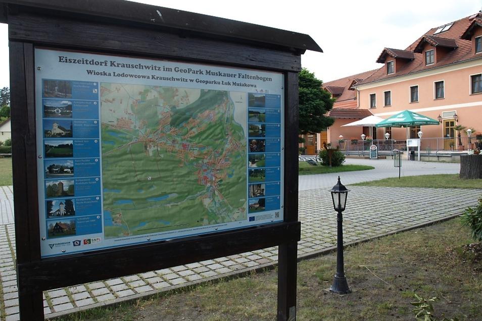 Dieses Schild vor dem Gasthaus Zur Linde weist auf das Eiszeitdorf Krauschwitz im Geopark Muskauer Faltenbogen hin.