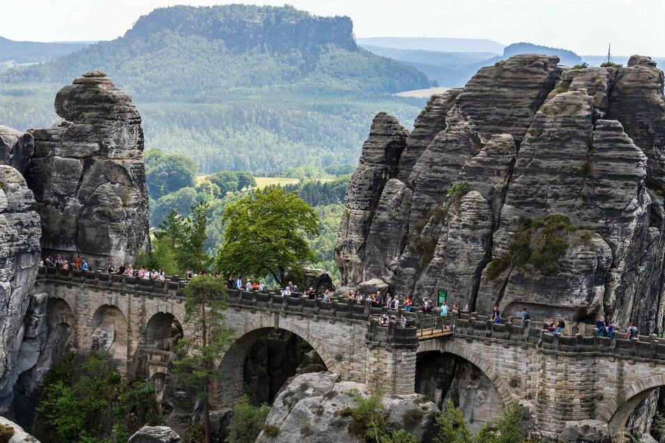Basteibrücke im Juli: Im Sommer 2020 besuchten so viele Gäste wie nie zuvor die Sächsische Schweiz.