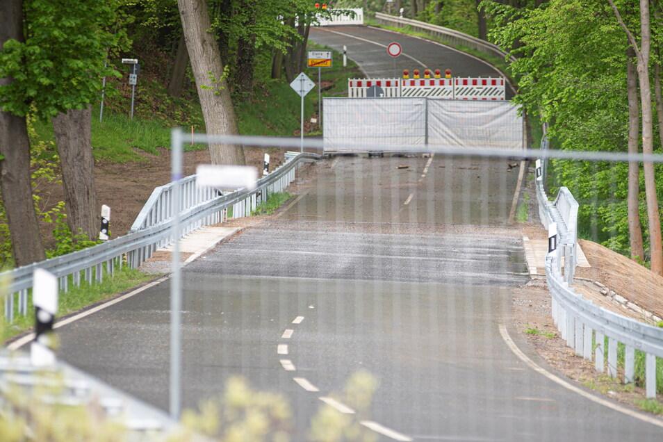 Noch stehen die Sperren an der Brücke über das Hänelwasser in Prietitz. Am Donnerstag soll die Straße nach Elstra wieder freigegeben werden.