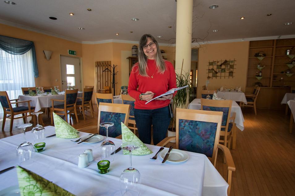 """In der Gaststube des """"Nicolaner"""" sind die Tische eingedeckt. Uta Tegeder und ihr Team warten nur auf den Startschuss der Politik, um den Restaurantbetrieb wieder aufzunehmen."""