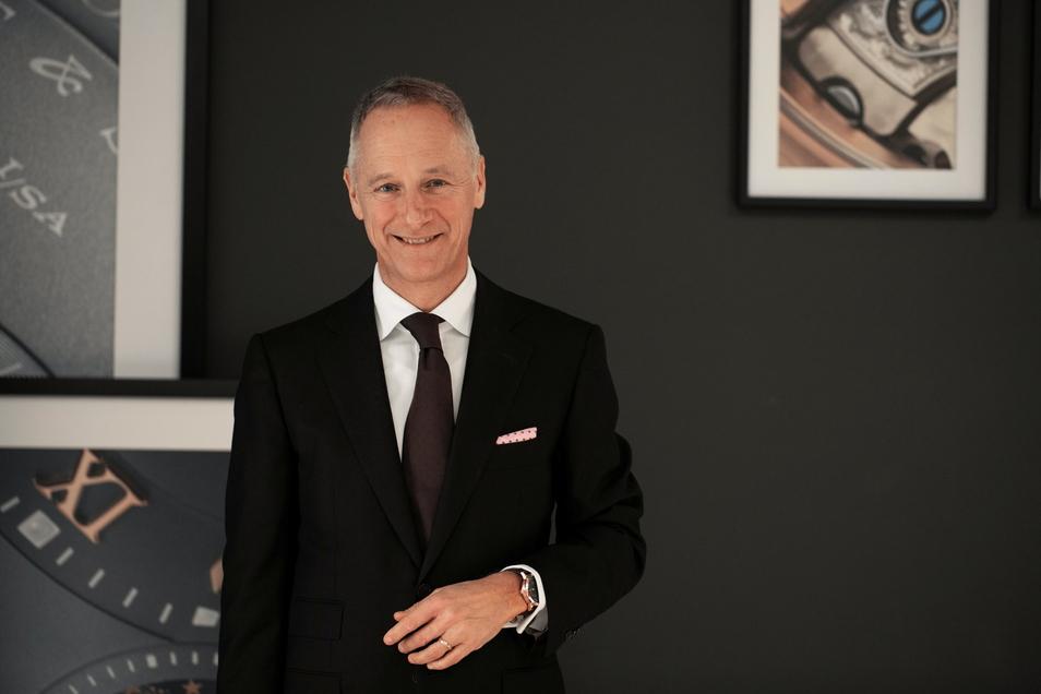 Lange-Geschäftsführer Wilhelm Schmid stellte Uhrenliebhabern aus aller Welt die neuen Uhren seines Unternehmens vor - digital auf einer Messe.