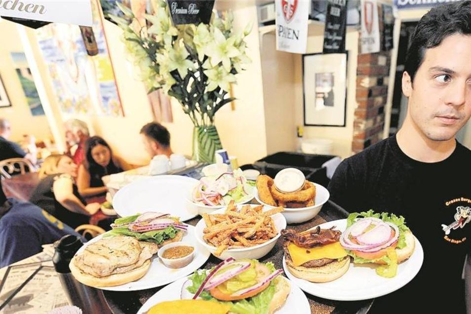 Was ist nur aus dem guten alten Burger geworden? Immer häufiger wird er in edlen Varianten serviert – wie hier in San Diego mit Krokodil, Känguru, Strauß, Antilope und Reh.Foto: dpa