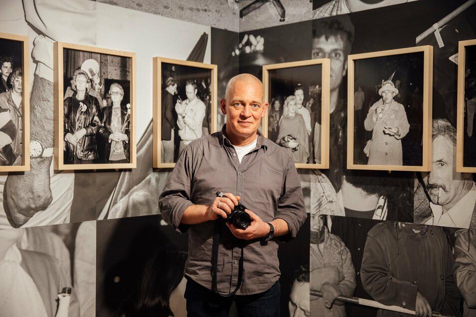 Andreas Rost in seiner Ausstellung - die Bilder sind inzwischen dreißig Jahre alt.