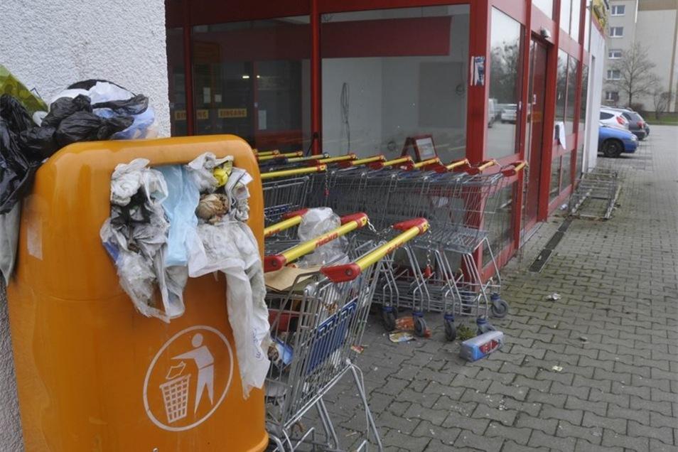 Unbekannte stopften auch immer wieder Abfall in die Müllkörbe, bis diese überquollen. Anwohner beschwerten sich mehrfach über diese unhaltbaren Zustände, die mittlerweile der Vergangenheit angehören.