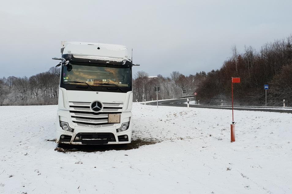 Dieser polnische Lkw wollte heute am frühen Abend von der Ortsumfahrung Zittau bei Oberseifersdorf auf die B 178 einbiegen und landete aber schon vorher auf rutschiger Fahrbahn auf dem Feld.