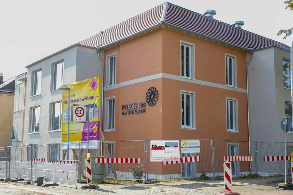Der Neubau des Pflegeheims am Weinaupark ist von außen fast fertig.