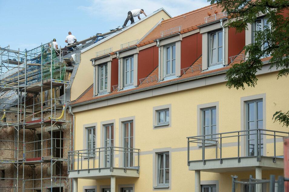 Der Neubau lehnt sich an die ehemalige Ruine an der Kötitzer Straße an. Beide stützen sich gegenseitig.