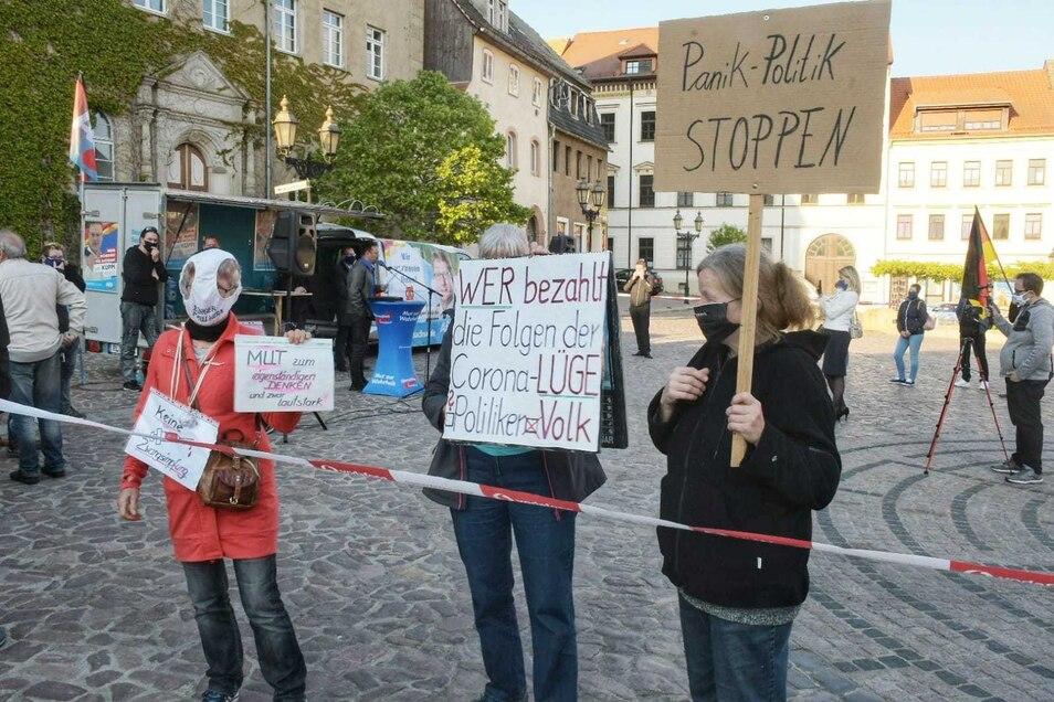 Etwa 30 Teilnehmer versammelten sich am Freitagabend auf dem Roßweiner Markt. Einige hielten Transparente in die Höhe.