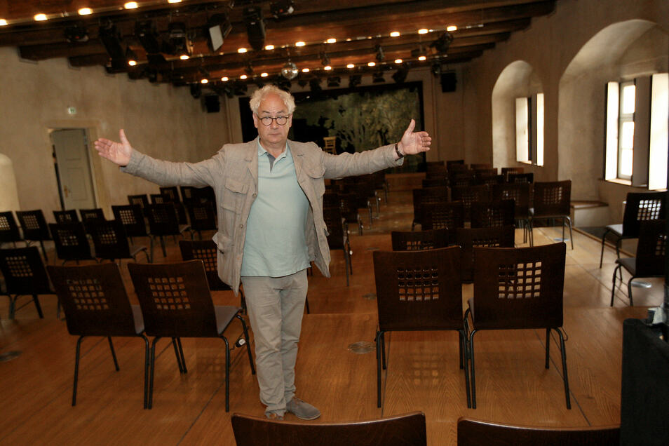 Bald vor volleren Stuhlreihen: Tom Pauls im Saal seines Theaters in Pirna.