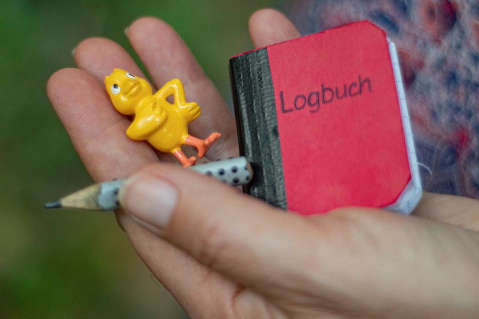 Oft liegen im Cache auch ein kleines Spielzeug oder andere Utensilien. Nimmt man etwas davon mit, muss man zum Tausch etwas anderes dalassen.