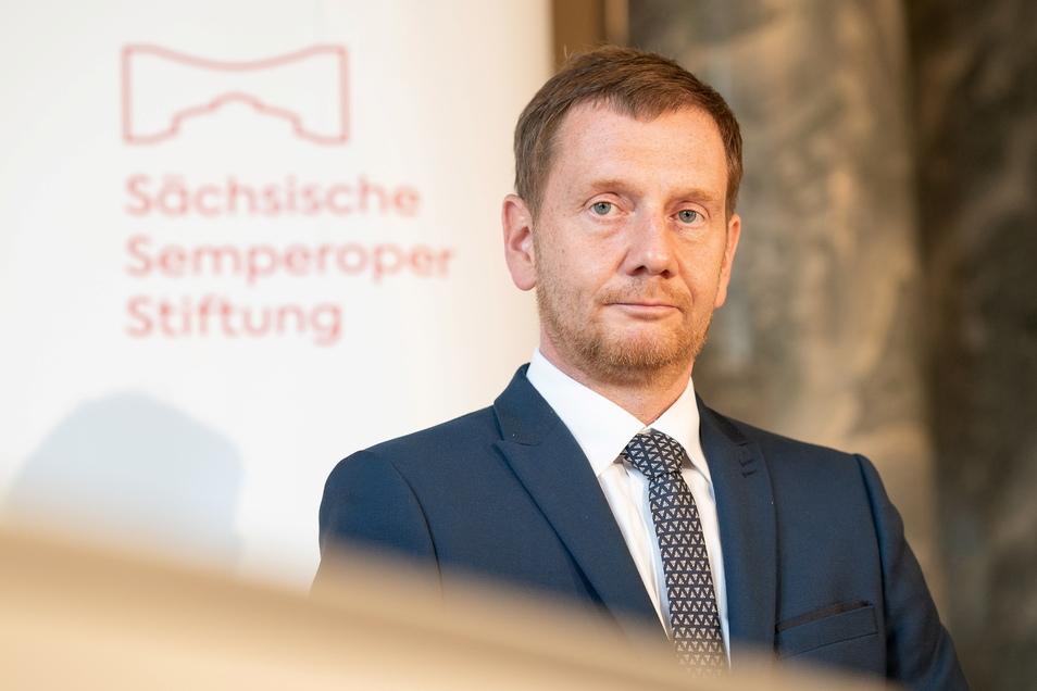 Sachsens Ministerpräsident Michael Kretschmer stellte am Mittwoch in der Semperoper die neue Sächsische Semperoper Stiftung vor. Deren Logo soll eine Brücke darstellen.