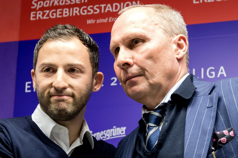 Haben in Zukunft wieder häufiger miteinander zu tun: Spartak-Coach Domenico Tedesco und Aue-Präsident Helge Leonhardt (hier bei der Präsentation des damals 31-jährigen beim FC Erzgebirge im März 2017).