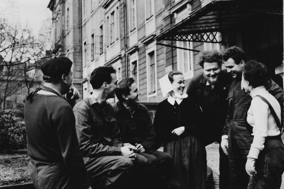 Schwester Margarete Herold mit britischen Jugendlichen aus dem Aufbaulager.