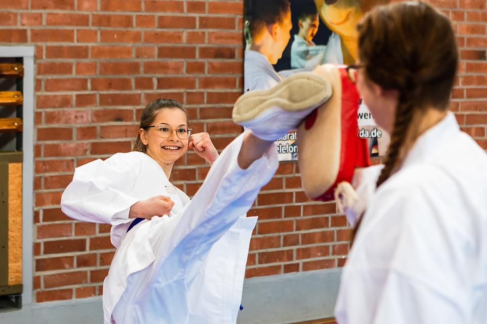 Ruth Hembitski führt Moderatorin Patrizia Elinor Thoma eine Karate-Technik vor.