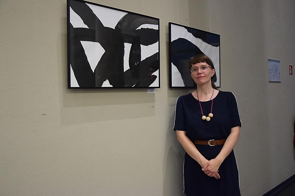 Susanne Renner-Schulz vor ihren Tuschezeichnungen im Bürgerzentrum Braugasse 1.