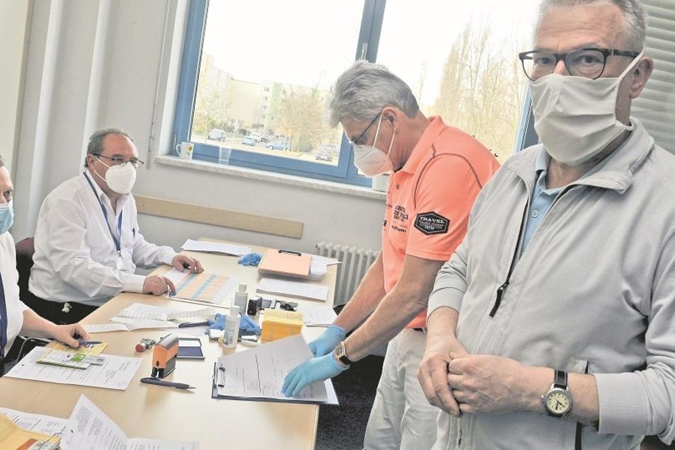 Helfer und die Weißwasseraner Allgemeinmediziner Dr. med. Karl-Heinz Dreier und Dr. med. Lutz Buschmann impfen im Stadtpavillon, dem lokalen Impfzentrum der Stadt.